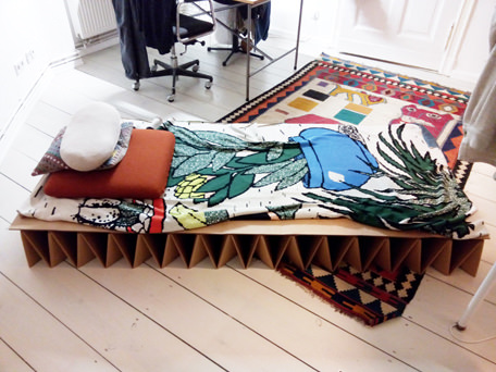 Robin Watkins beautiful daybed with ANNTIAN Knitblanket